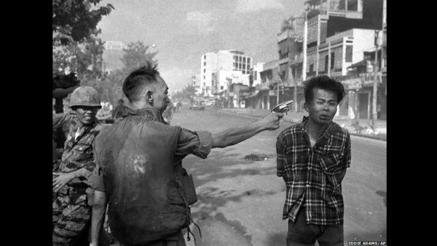 El general de Vietnam del Sur Nguyen Ngoc Loan ejecuta a un soldado del Viet Cong de un solo disparo en la cabeza. Foto de Eddie Adams/AP