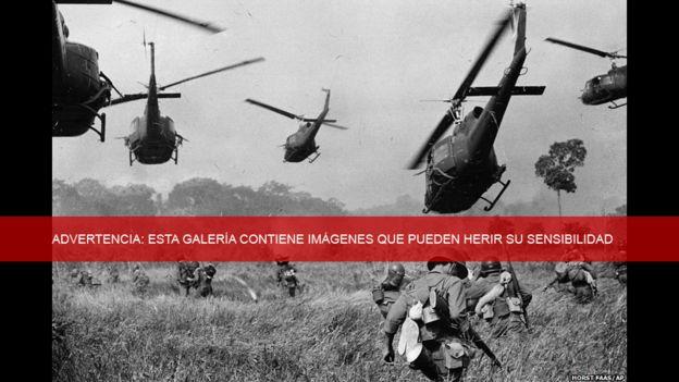 Helicópteros disparan sobre una línea de árboles para cubrir el avance por tierra de las tropas de Vietnam del Sur durante el ataque contra el Viet Cong al norte de Tay Ninh, cerca de la frontera con Camboya. Marzo de 1965. Foto de HORST FAAS /AP.