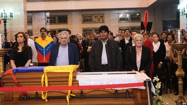 De izquierda a derecha: presidenta argentina, Cristina Fernández; presidente uruguayo José Mujica; presidente boliviano, Evo Morales; senadora uruguaya Lucía Topolansky frente al ataúd con los restos del presidente venezolano Hugo Chávez en marzo de 2013.