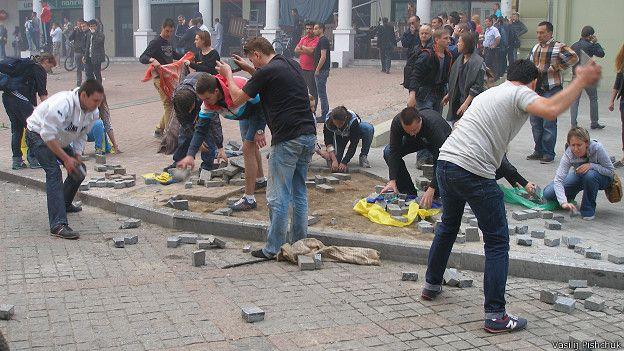 Люди начали колоть брусчатку по примеру киевского Майдана