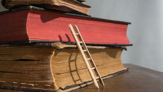 Libros sobre los que se soporta una escalera pequeña