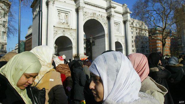 Protesta por el derecho a llevar el velo en Francia