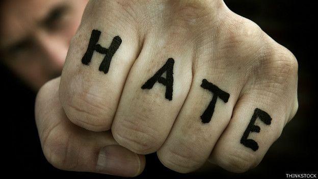 """Palabra """"Odio"""" en el puño de un hombre"""