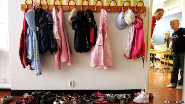 Abrigos de niños de primaria colgados en un salón de clase en Finlandia