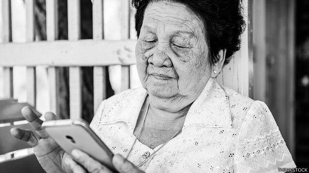 Una anciana con un teléfono inteligente