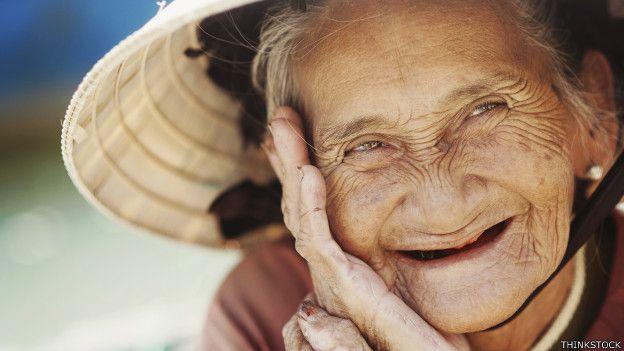 Persona anciana, sonriendo