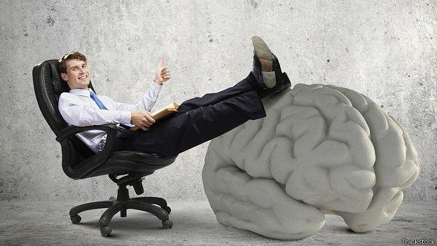 Мужчина положил ноги на огромный мозг
