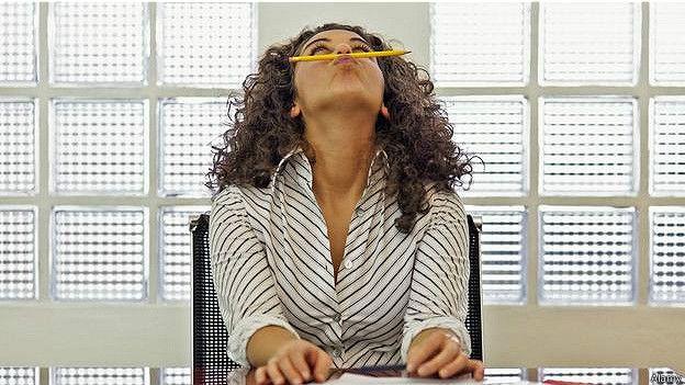Девушка валяет дурака в офисе