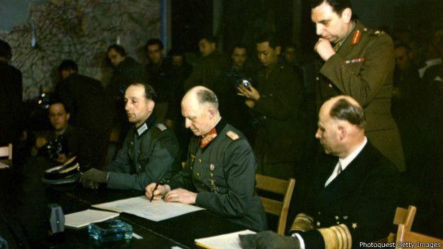 Firma del documento de rendición en Reims, Francia