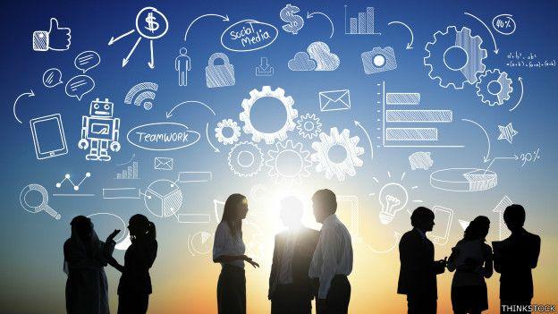 Ilustración de ejecutivos con nube de símbolos asociados a internet