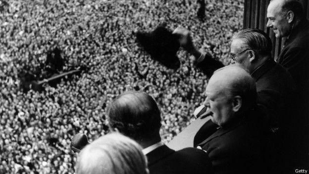 Черчилль на балконе министерства финансов