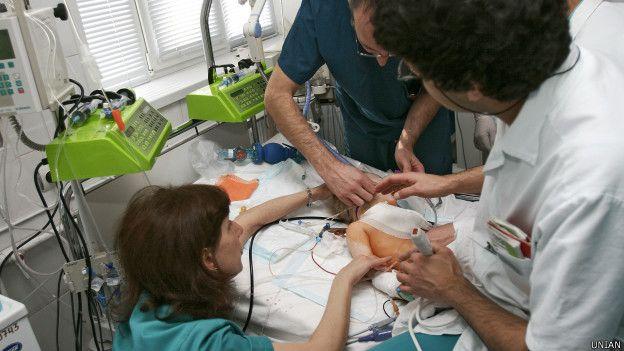 Лікарі надають допомогу немовляті в Інституті невідкладної допомоги в Донецьку