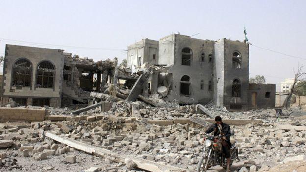 الحوثيون يقبلون الهدنة وانتقادات أممية للقصف الذي يطال المدنيين باليمن 150509142114_yemen_640x360_reuters_nocredit