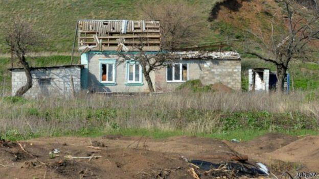 зруйнований снарядом будинок поблизу Маріуполя