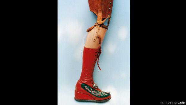 Frida por Ishiuchi #36, 2012-2015 - bota roja con prótesis.