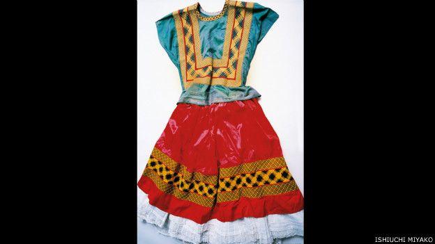 Frida por Ishiuchi #2, 2012-2015 - vestido con fondo rojo y blusa verde