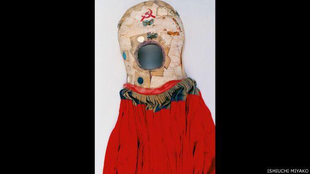 Frida por Ishiuchi #23, 2012-2015 - falda roja con corset con un orificio