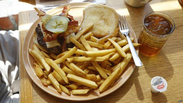 Hamburguesa y papas fritas.