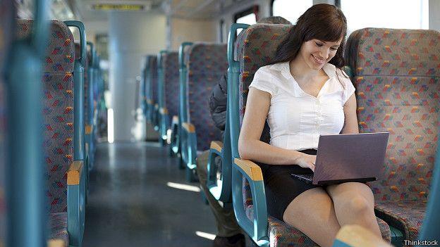 Девушка с ноутбуком в автобусе