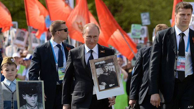 """Путин и телохранители на акции """"Бессмертный полк"""""""