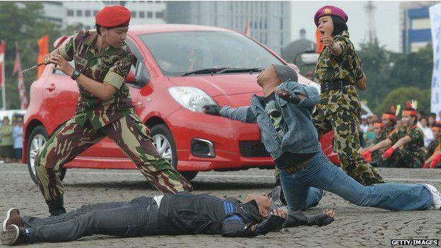 indonesia, mujeres, reclutas, virginidad