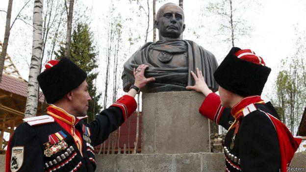 Казаки на фоне бюста Путина