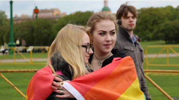 Девушки с радужным флагом