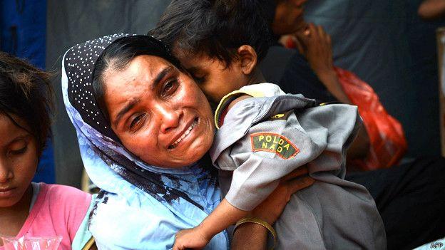 Mujer con su niño en el centro de Langsa en Indonesia