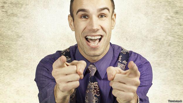 Hombre señalando hyacia el frente con ambas manos en actitud ganadora.