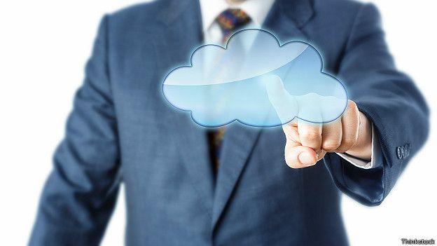 """Hombre tocando la """"nube"""" informática"""
