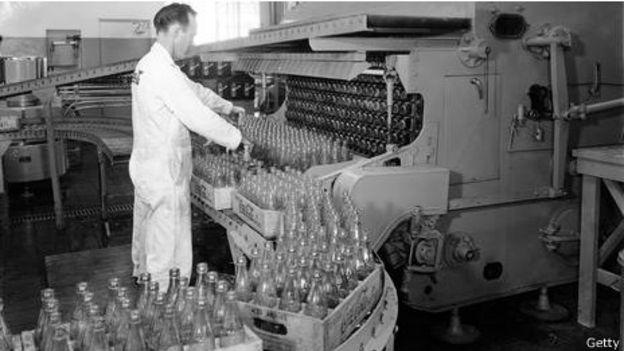 Botellas de Coca-Cola en una planta en 1955