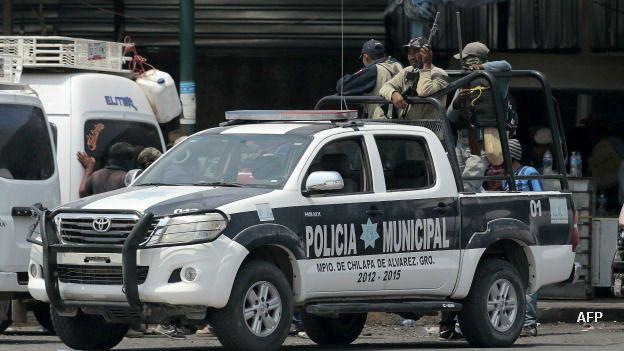 Civiles armados vigilan Chilapa a bordo de una patrulla de la policía municipal.