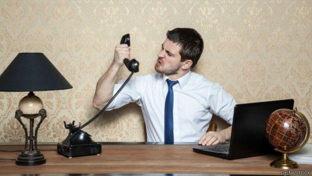 Una persona gesticula con un teléfono en la mano