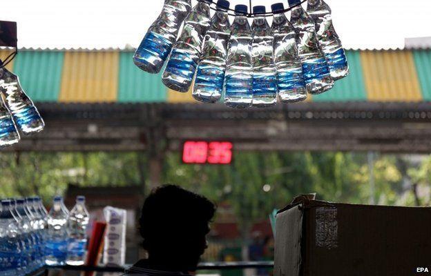 Бутылки с водой на индийской улице