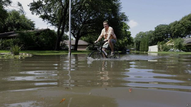 Ciclista en el agua