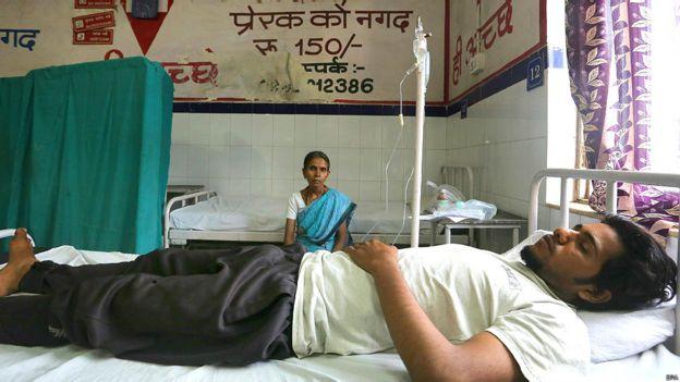 Mujer con su hijo en el hospital