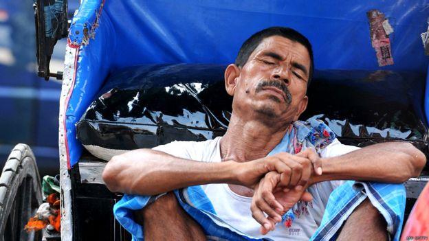 Hombre descansando en el calor