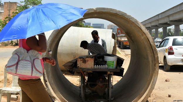 Vendedor que colocó su carrito de venta dentro de un caño