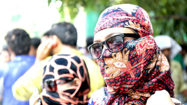 Mujer con el rostro cubierto por el calor