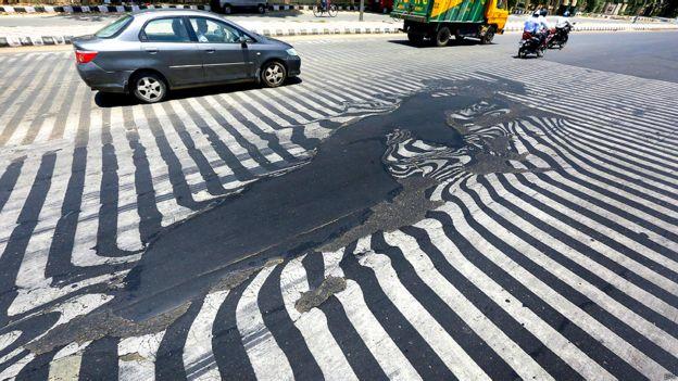 Asfalto derretido en una calle en Delhi