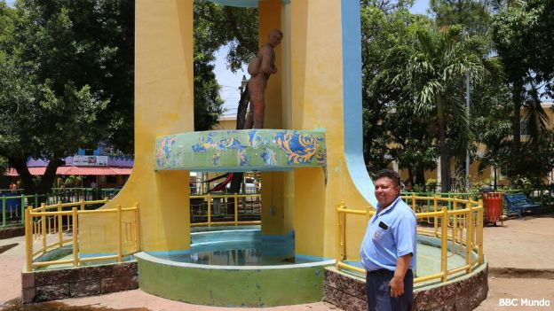 Óscar Romeo Chávez junto a la estatua de su tío, Sifredo