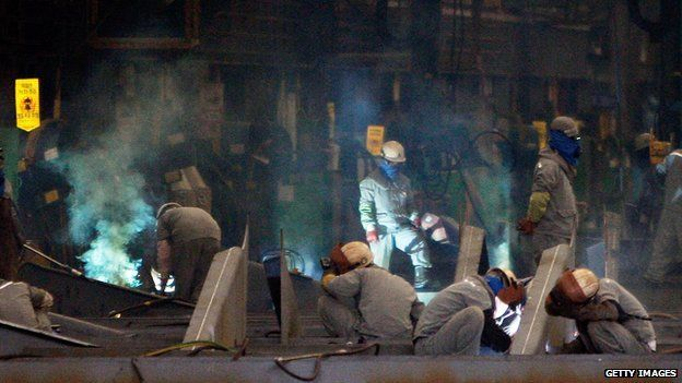 Soldadores trabajando en el astillero