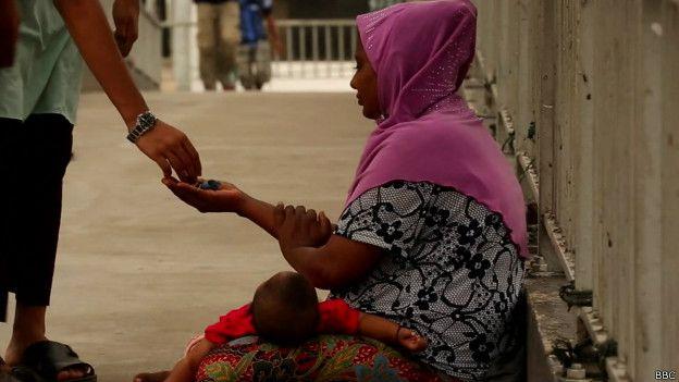 Rashida mendigando en un puente en Malasia