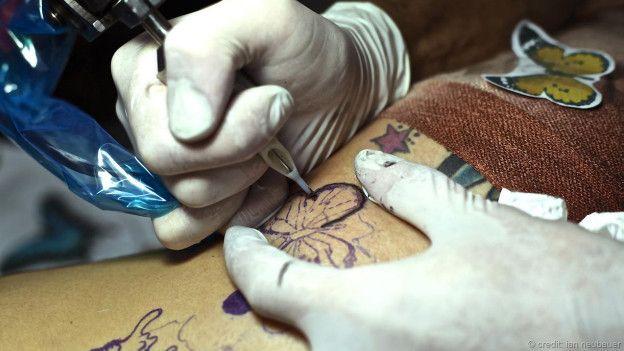 El artista Waf Alosta aplicando un graffitti
