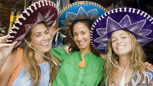 Fotos de tres chicas con sombreros mexicanos