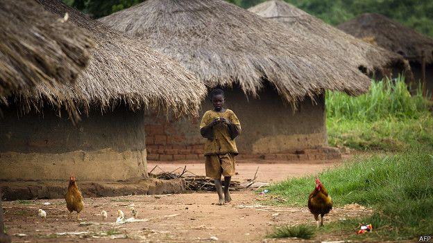 Хижина и ребенок в Уганде