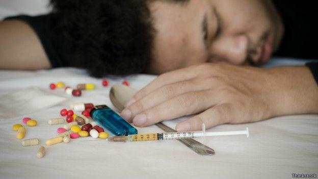Hombre después de consumir drogas.