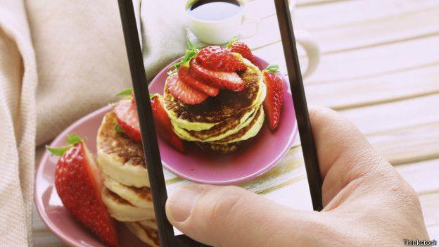 Foto con el celular de unas hamburguesas