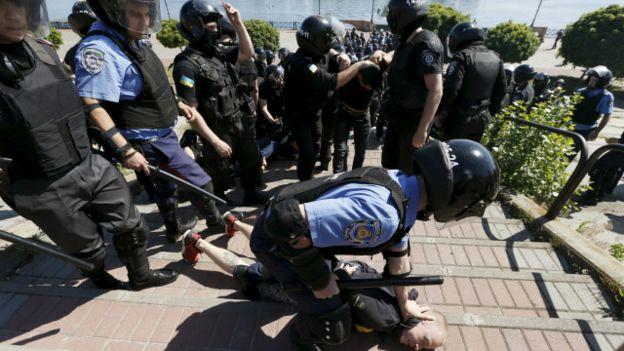 Милиционер задерживает нападавшего