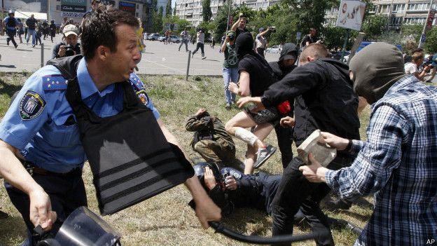 Столкновение милиции с противниками гей-парада
